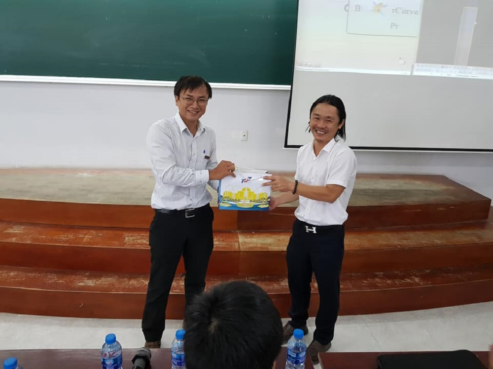 Thầy Trần Minh Hoàng tặng quà lưu niệm cho ông Nguyễn Khoa Hoàng Long